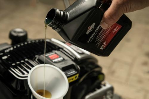 заливаем масло в мотор